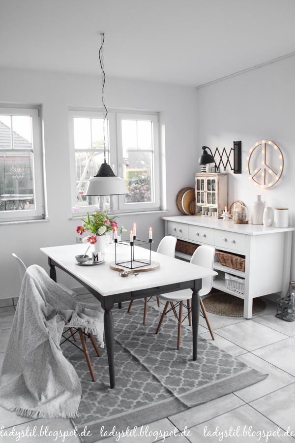 Interior in Weiß Schwarz und Holz im Scandiboho Style Küche Essplatz