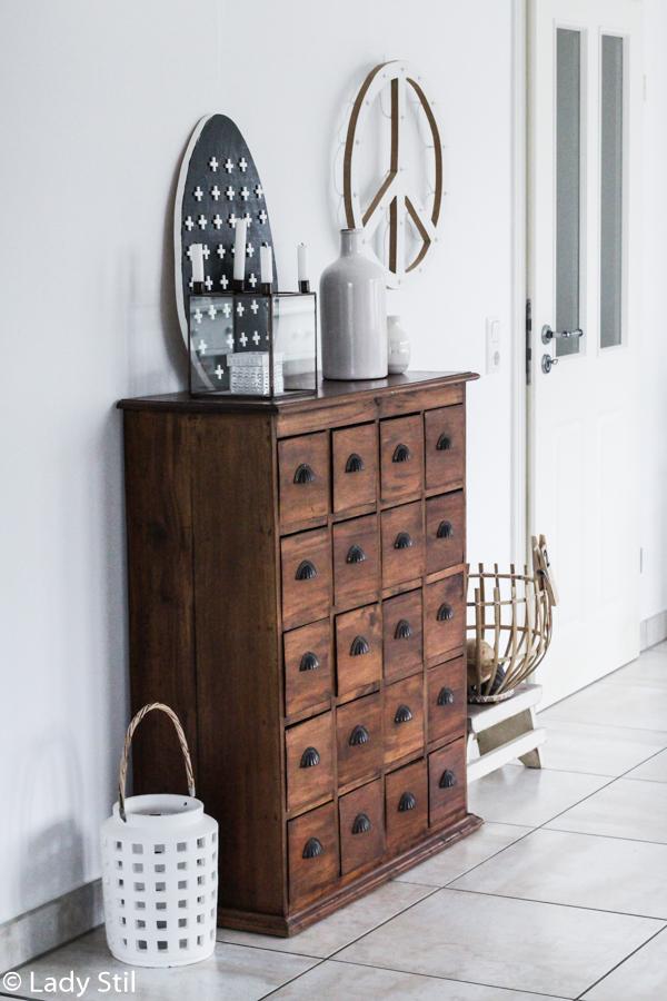 DIY Dezente schwarz weiße Osterdeko aus Holz und FLiesenkreuz selber machen