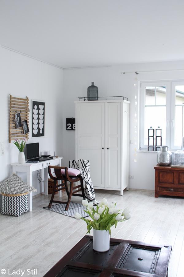 Gestaltungsidee für eine freundliche Arbeitsumgebung, Office Interior, integriertes Office im Wohnbereich mit Bambus Pinnwand und Ikea Schrank