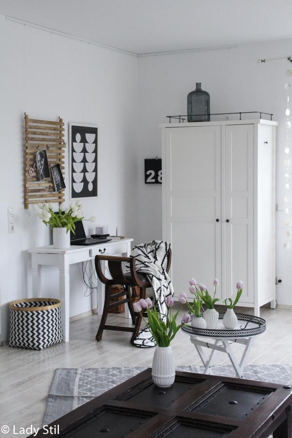 Gestaltungsidee für eine freundliche Arbeitsumgebung, Office Interior, Weiß Schwarz Rosa mit Pinnwand aus BAmbus und Ikea Schrank