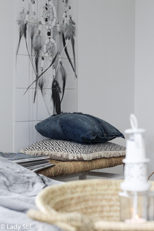 Schlafzimmer im Boho Look mit IXXI Traumfänger und Jeanskissen