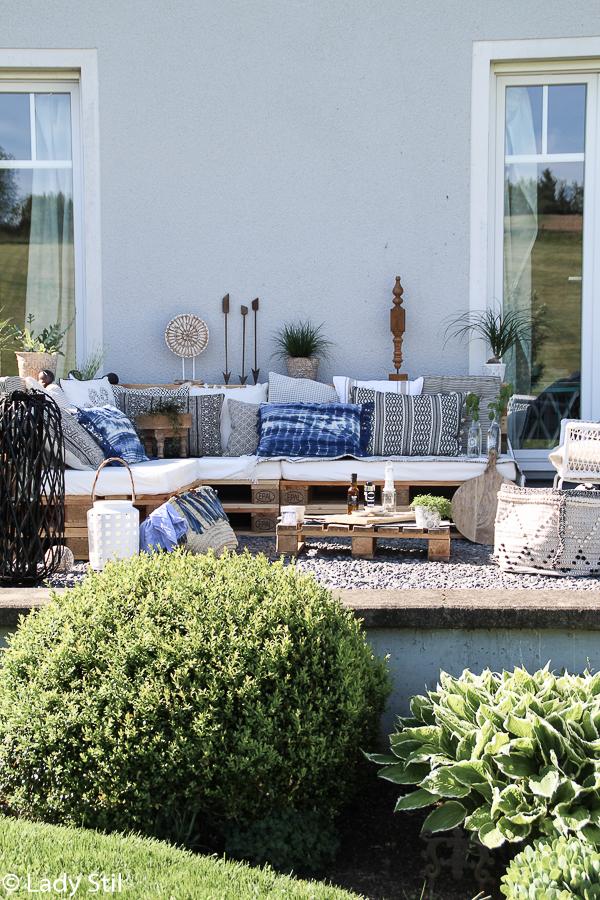 Sommertrend 2017, Palettenlounge selbermachen im Jeansblau-Trend, Terrasse im Boholook mit Gartenaccessoires