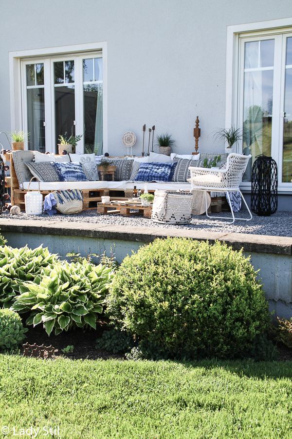 Sommertrend 2017, Palettenlounge selbermachen im Jeansblau-Trend, Terrasse im Boho-Look mit passenden Gartenaccessoires