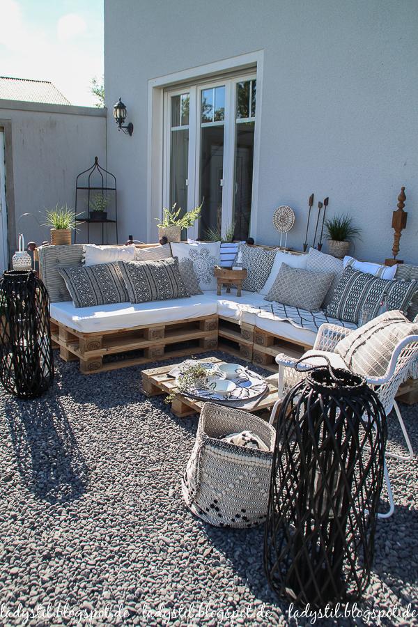 Palettenlounge selberbauen, Dekoideen für Terrasse und Garten, Ansicht ganzer Palettenlounge in schwarz Weiß Holz