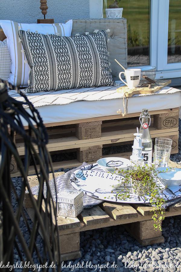 Palettenlounge selberbauen, Dekoideen für Terrasse und Garten, Tablett mit Blattmotiv von Ikea