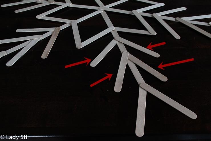 DIY winterliche weihnachtliche Schneeflocke aus Eisstielen