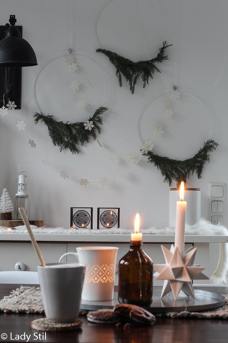 weihnachtlicher Kranz mit Tannengrün