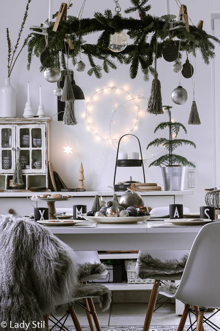DIY hängender Adventskranz über Tisch