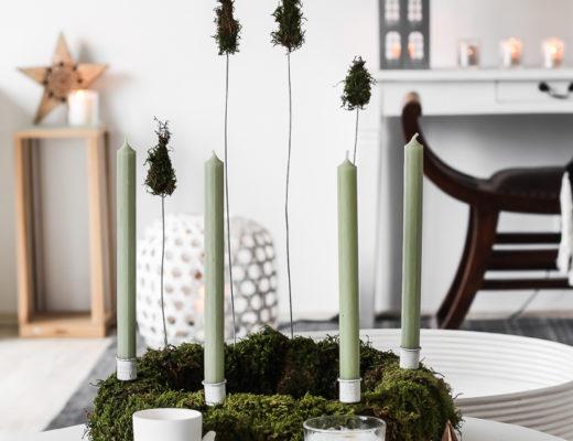 DIY Adventskranz aus Moos mit Tannenbäumen