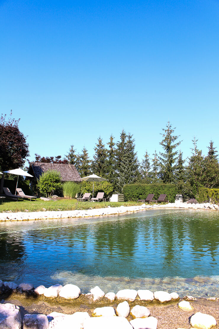 Familienhotel Hotel Oberforsthof St. Johann im Pongau Österreich Gartenanlage Badeteich Pool