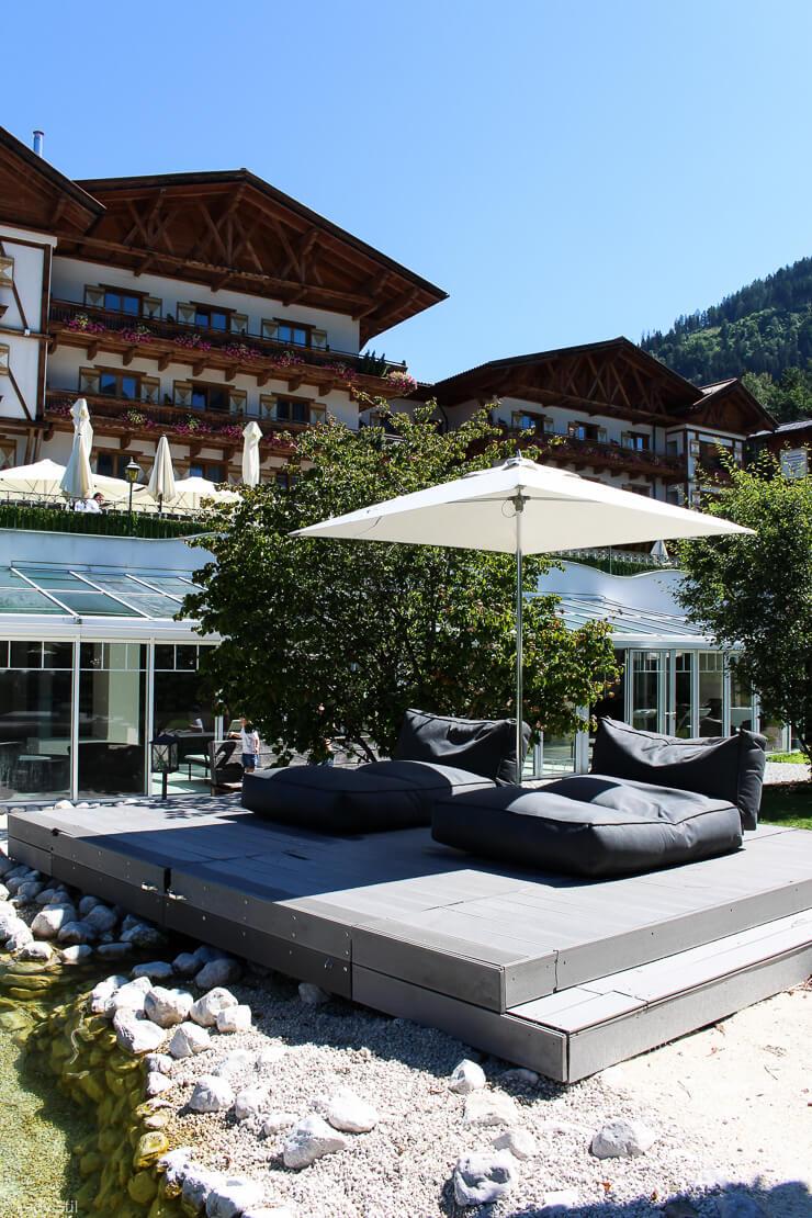 Familienhotel Hotel Oberforsthof St. Johann im Pongau Österreich Badeteich mit Panoramadeck