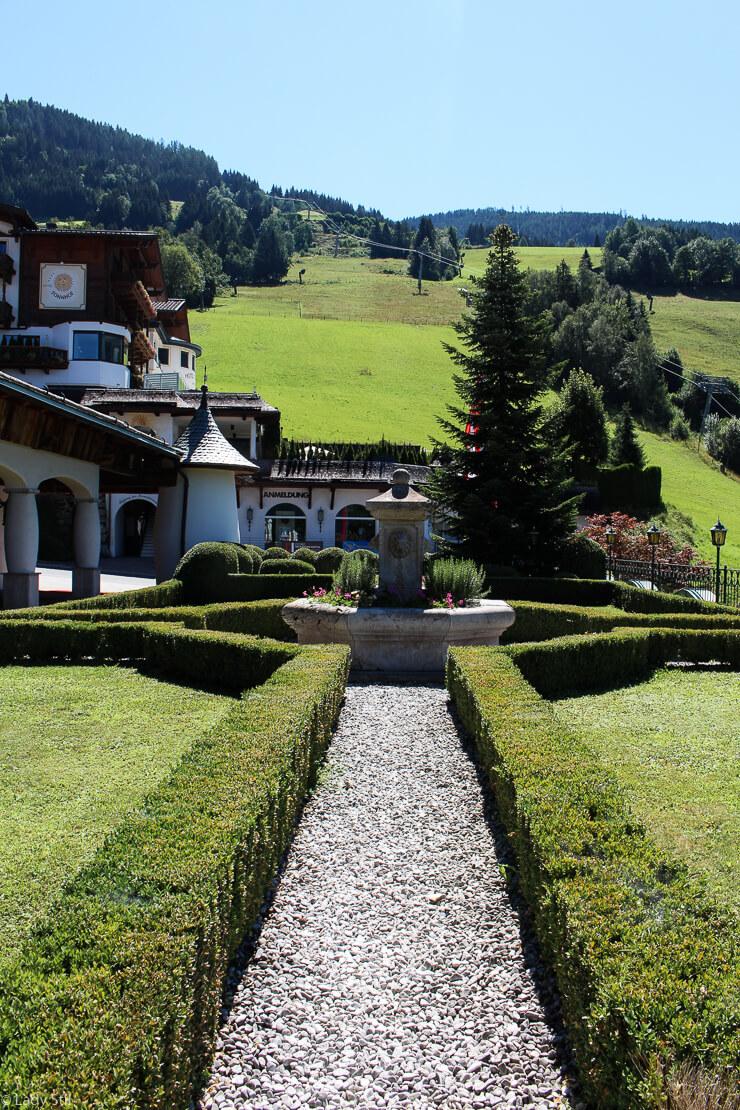 Familienhotel Hotel Oberforsthof St. Johann im Pongau Österreich Gartenanlage