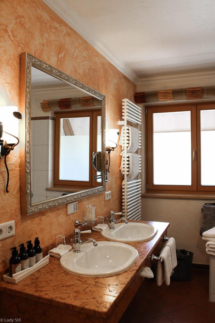 Familienhotel Oberforsthof Zimmer Balkon Einrichtung Badezimmer